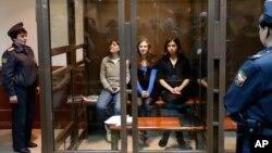 Участницы панк-группы Pussy Riot в зале суда (архивное фото)