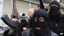 Rebeldes do Exército Sírio Livre, fotografados em Saqba, nos arredores de Damasco
