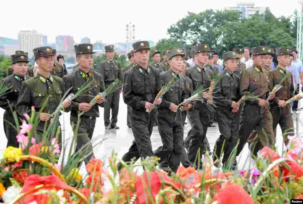 북한 군인들이 광복 72주년을 맞아 김일성·김정일 부자 동상을 헌화하기 위해평양 만수대 언덕을 찾았다.