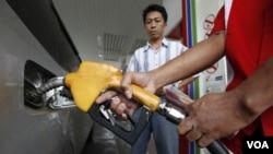 Seorang petugas SPBU mengisi bensin sebuah mobil di salah satu pompa bensin di Jakarta (foto: dok).
