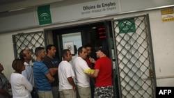 Người tìm việc xếp hàng tại trung tâm tìm việc làm của chính phủ ở thành phố Marbella, Tậy Ban Nha