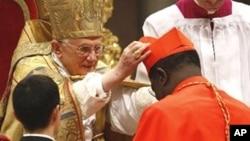 Mgr Laurent Monsengwo à genou devant le pape Bénoit XVI, lors de sa création au titre de cardinal le 20 novembre 2010.