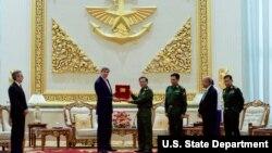 Menlu AS menerima kenang-kenangan dari Komandan Tertinggi Myanmar, Min Aung Hliang setelah pertemuan bilateral. Naypyitaw, Myanmar.