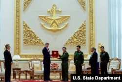 U.S. Secretary of State John Kerry receives a gift from Myanmar Commander-in-Chief Min Aung Hliang, following a bilateral meeting at the Commander-in-Chief's Compound in Naypyitaw, May 22, 2016.