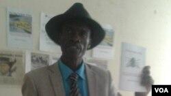 Omunye wabalobi ongumphathisikolo eNorton Education Center, uMnu. Aleck Kaposa (ogqoke ingwane)