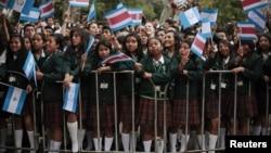 Escolares ondean banderas de los países centroamericanos, durante una reunión del SICA, en Guatemala, en marzo de 2012.