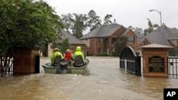 Tim penyelamat dengan menggunakan perahu berusaha mencari warga yang perlu dievakuasi di Spring, Texas, Senin (28/8).