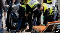 23일 예루살렘 올드시티에서 이스라엘인들을 칼로 찌른 팔레스타인인 2명이 이스라엘 경찰의 총에 맞아 숨졌다. 구급대원들이 숨진 팔레스타인의 시신을 옮기고 있다.