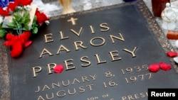Miles de visitantes llegan cada año a la tumba de Elvis Presley en Memphis, Tennessee.