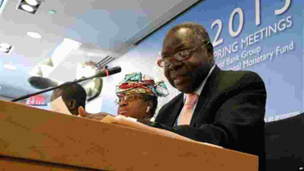 Kosti Manibe Ngai, Minister of Finance and Economic Planning, South Sudan, sits next to Ngozi Okonjo-Iweala of Nigeria during the press briefing by African Finance Ministers at the World Bank IMF Spring Meetings in Washington, April 20, 2013.