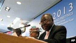 Kosti Manibe Ngai, ministre sud-soudanais des Finances et de la Planification économique, aux côtés de Ngozi Okonjo-Iweala du Nigeria lors de la conférence de presse des ministres africains des Finances, en marge des réunions de printemps du FMI et de la Banque mondiale à Washington, le 20 avril 2013.