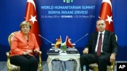 Chanceliere w'Ubudagi, Angela Merkel (i bubamfu), na Prezida Recep Tayyip Erdogan wa Turukiya (i buryo).