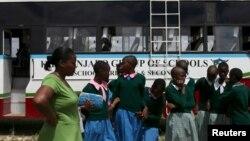 Des élèves arrivent à un événement contre les pratiques préjudiciables telles que les mutilations génitales, au Kenya.
