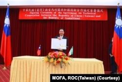 台灣外交部長吳釗燮以視頻方式簽署索台兩國政府技術合作協定。 (圖片來自台灣外交部)
