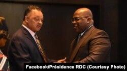 Président Félix Tshisekedi ya RDC (D) akutani na motambwii mpate mpemoyi politiki ya Amerika Jesse Jakson na masolo ya pembeni ya 74e Assemblée générale ya Nations unies na New York. (Facebook/Présidence RDC)