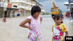 Girls stand in a flooded area of Prek Chrey village, Spean Tmor commune, Dangkoa district, Phnom Penh, Cambodia, on Oct. 15, 2020. (Malis Tum/VOA Khmer)