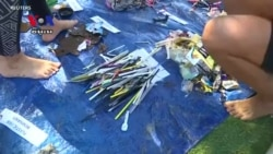Australian Volunteers Clean the Ocean One Straw at a Time