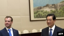 Tổng thống Nga Dmitry Medvedev (trái) được chào đón bởi Chủ tịch Trung Quốc Hồ Cẩm Đào tại tỉnh Hải Nam, Trung Quốc. Lãnh đạo Brazil, Nga, Ấn Độ, Trung Quốc, và Nam Phi sẽ họp tại Hội nghị thượng đỉnh BRIC tại thành phố Tam Á trên đảo Hải Nam của Trung Q
