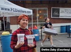 Dwitra Zaky membeli setengah galon penyanitasi tangan dari Falls Church Distillers di Falls Church, negara bagian Virginia, Maret 2020. (Foto courtesy: Dwitra Zaky)
