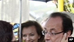 Parabens a você! - Apoiante de François Hollande saúda o líder socialista