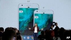 구글의 사브리나 엘리스 상품운영 디렉터가 4일 미국 샌프란시스코에서 열린 신제품 공개 행사에서 5.5인치와 5인치 화면을 각각 갖춘 '픽셀' 스마트폰 2종에 대해서 설명하고 있다.