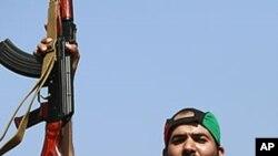 mpiganaji muasi wa Libya akifurahi wakati wakiingia Tripoli