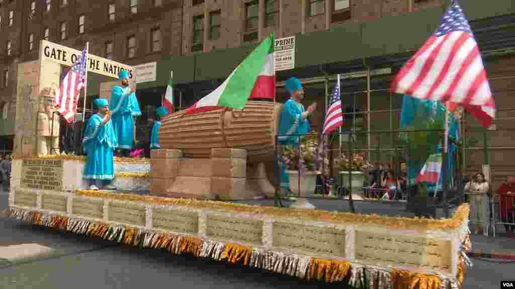 رژه ایرانیان در شهر نیویورک در سال ۲۰۱۹- ماکتی از منشور حقوق بشری کوروش کبیر در این رژه آورده شده بود.