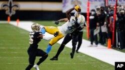 Mike Williams de Los Angeles (81) et P.J. Williams (26) des New Orleans Saints lors d'un match de NFL, USA, le 12 octobre 2020.