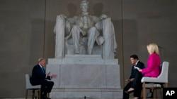 Presiden AS Donald Trump (kiri) dalam acara rapat umum virtual di monumen Lincoln Memorial di Washington DC (3/5).