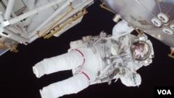 En esta foto, la astronauta Nicole Stott participa en la primera caminata de la misión.