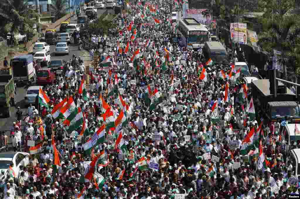 تظاهرات هزاران نفردر بمبئی علیه تصمیم دولت مبنی بر جمع آوری اسکناس های  ۵۰۰ و ۱۰۰۰ روپیه ای از گردش. این تظاهرات توسط حزب مخالفان کنگره برنامه ریزی شد.