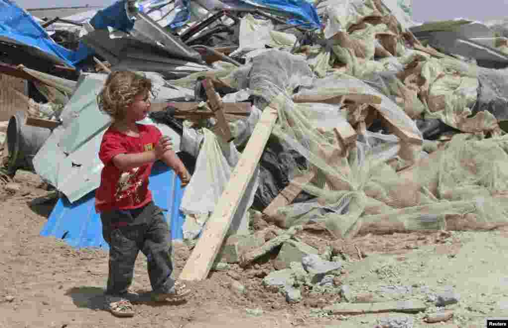Một bé gái người Palestine khóc trước ngôi nhà của gia đình sau khi căn nhà bị xe ủi của Israel phá hủy ở làng Om Ajaj, phía bắc thành phố Jericho thuộc Bờ Tây.