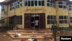 Un soldat et un membre de la sécurité patrouillent à Boké, après des violences, en Guinée, le 29 avril 2017.