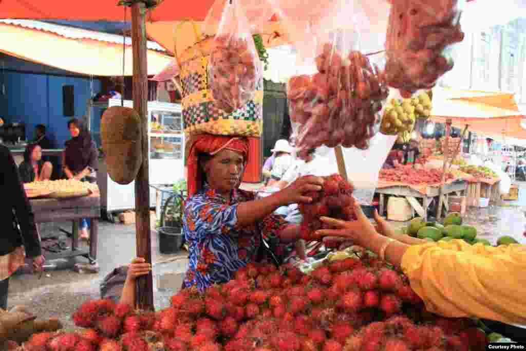 Perempuan penjual buah rambutan di Pasar Kabanjahe, Karo, Sumatera Utara, Jumat (8/3). (Courtesy: Ferdinan R/Vibiz Media)