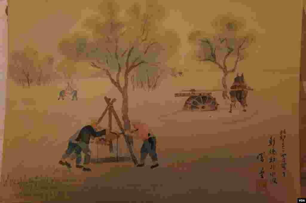 """""""彰德郊外汲水""""封套上的说明是:""""从车窗中看到,彰德郊外树木茂密、麦草渐青,因缺水,所到之处都是靠人和马的力量掘井、汲水来灌溉农田""""。"""