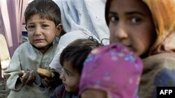 Trẻ em Pakistan từ các vùng bị lụt đi lánh cư