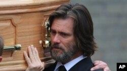 جیم کری در مراسم تشییع جنازه کاتریونا وایت