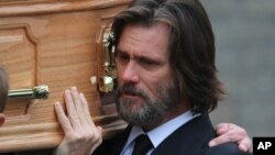 جیم کری در مراسم تشییع جنازه کاتریونا - ایرلند