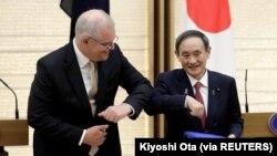Yoshihide Suga, Perdana Menteri Jepang dan Scott Morrison, Perdana Menteri Australia, di Tokyo, Jepang, 17 November 2020. (Foto: Kiyoshi Ota via REUTERS)