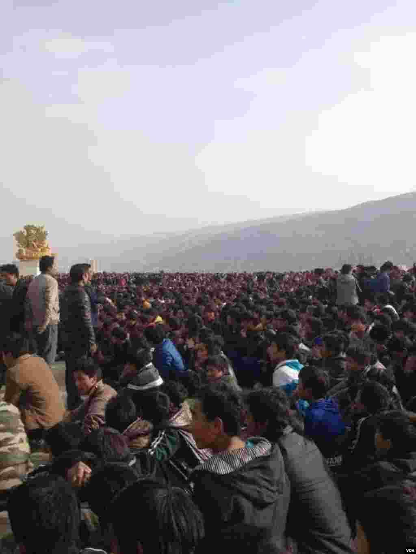 티베트 동부 렙꽁의 롱우 지역에 모인 대규모 시위대