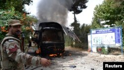 Bezbednosne snage blizu uništenog autobusa u pakistanskom gradu Kveta