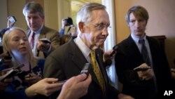 Ketua partai Demokrat di Senat AS Harry Reid (tengah) mendesak Presiden Obama menggunakan hak prerogatif menaikkan pagu utang, agar AS menghindari krisis ekonomi global (foto: dok).