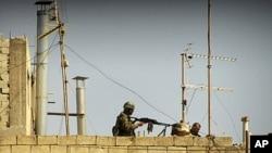 公民记者用手机拍摄的叙利亚军人在房顶的照片