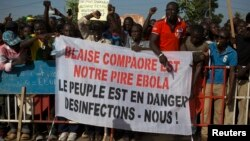 Des manifestants dans Ouagadougou, 28 octobre 2014.