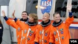 Para astronot Atlantis yang menjalankan misi terakhir pesawat ulang-alik AS, dari kiri: Rex Walheim, Sandy Magnus, pilot Doug Hurley dan komandan misi Chris Ferguson, sebelum peluncuran dari pusat antariksa 'Kennedy' di Florida (8/7).