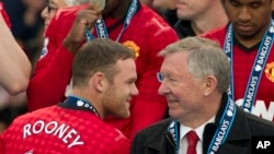 Wayne Rooney (kiri) berbicara dengan manajer MU Alex Ferguson, dalam sebuah pertandingan melawan Tim Swansea, di Stadion Old Trafford, Manchester, Inggris (12/5/2013)