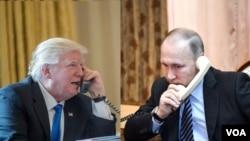 美國總統川普 (左) 與俄羅斯總統普京 (右) 電話交談