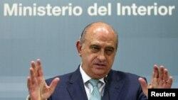 Menteri Dalam Negeri Spanyol, Jorge Fernandez Diaz dalam konferensi pers di kantor Kementrian Dalam Negeri Spanyol di Madrid terkait penangkapan tiga tersangka al-Qaida (2/8).