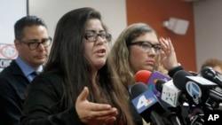 納瓦雷特和她的律師在記者會上(2017年2月10日)。她父親被美國移民及海關執法局逮捕,準備遞解出境。
