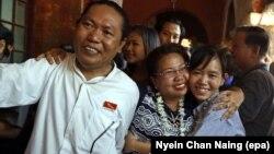 Lãnh tụ sinh viên Nanda Sit Aung (trái) và Phyo Phyo Aung (phải) được gia đình chào đón khi đến tòa án hôm 8/4/2016.